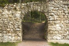 Vo?te en pierre, toit semi-circulaire du passage dans un vieux mur en pierre, ouverture d'entr?e de trou d'homme la grotte images libres de droits