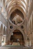 Voûte et autel de ciseaux de cathédrale de Wells images libres de droits
