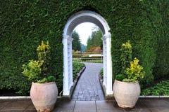 Voûte et chemin de jardin Images stock