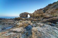 Voûte, falaise et plage naturelles de roche Photos libres de droits
