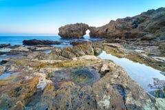 Voûte, falaise et plage naturelles de roche Photo stock