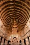 Voûte parfaitement sculptée aux cavernes d'Ajanta photos libres de droits