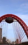 Voûte rouge d'une passerelle de suspension Image libre de droits