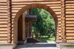Voûtes dans la cour d'un vieux hou en bois russe traditionnel photographie stock libre de droits