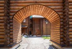 Voûtes dans la cour d'un vieux hou en bois russe traditionnel image stock