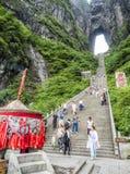 28vo cuarto de mayo de 2018: Incense el pote, turista que toma imágenes y que reduce las 999 escaleras escarpadas en la montaña d Fotografía de archivo