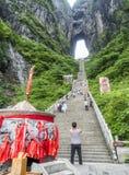 28vo cuarto de mayo de 2018: Incense el pote, turista que toma imágenes y que reduce las 999 escaleras escarpadas en la montaña d Foto de archivo libre de regalías