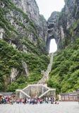 28vo cuarto de mayo de 2018: Turistas que reducen las 999 escaleras escarpadas en la montaña de Tianmen, la puerta del ` s del ci Imagenes de archivo