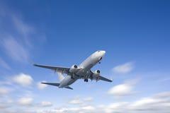 Vôo do avião no céu azul Fotografia de Stock