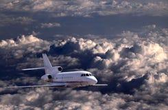 Vôo dos aviões sobre nuvens Fotos de Stock