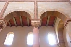 Voûte, colonne et capital romans typiques Photo libre de droits
