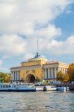 Voûte d'Amirauté sur le quai de la rivière de Neva à St Petersburg, Russie - point de repère d'architecture de St Petersburg Image libre de droits