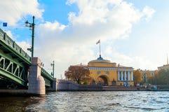 Voûte d'Amirauté sur le quai de la rivière de Neva et le pont de palais à St Petersburg, Russie Photographie stock