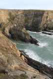 Voûte dans les roches sur la côte Photographie stock libre de droits