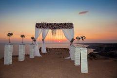 Voûte de mariage avec la composition florale avec le rideau blanc sur le sunse Photographie stock