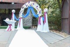 Voûte de mariage avec la table Photos stock