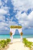 Voûte de mariage et installation sur la plage, mariage extérieur tropical Photos libres de droits