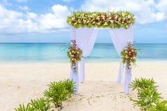 Voûte de mariage et installation sur la plage, mariage extérieur tropical Images stock