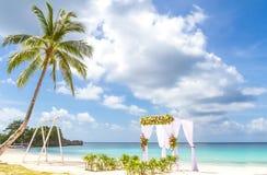 Voûte de mariage et installation sur la plage, mariage extérieur tropical Images libres de droits