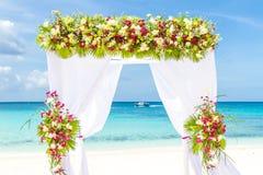 Voûte de mariage et installation sur la plage, mariage extérieur tropical Photo stock