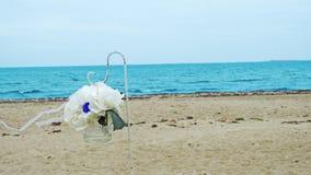 Voûte de mariage sur la côte de la mer Photo stock