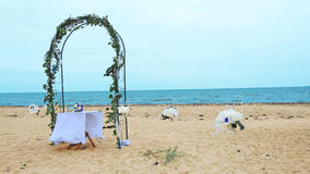 Voûte de mariage sur la côte de la mer Photos libres de droits
