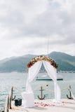 Voûte de mariage sur la plage dans Monténégro Vues panoramiques de Photographie stock libre de droits
