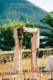Voûte de mariage sur la plage Voûte en bois pour la cérémonie de mariage Photos stock
