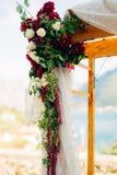 Voûte de mariage sur la plage Voûte en bois pour la cérémonie de mariage Images stock