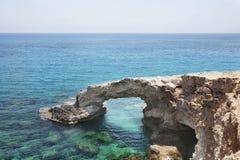 Voûte de pont de roche d'amour Cap de greco de Cavo, Ayia Napa, Chypre Photographie stock libre de droits
