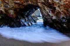 Voûte de roche chez Santa Cruz Beach Images libres de droits