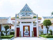 Voûte de style chinois à l'avant de l'église bouddhiste thaïlandaise Images libres de droits