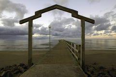 Voûte en bois d'un pont se baignant Images stock
