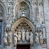 Voûte en pierre avec des sculptures des saints, détail de cathédrale de Cologne Photo stock