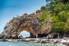 Voûte en pierre de nature à l'île de Ko Khai, Lipe, Thaïlande Image libre de droits
