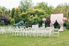 Voûte et chaises pour la cérémonie de mariage Images libres de droits