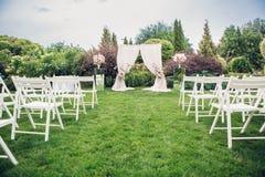 Voûte et chaises pour la cérémonie de mariage Image stock