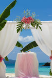 Voûte et installation de mariage avec des fleurs Photos stock