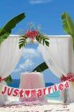 Voûte et installation de mariage avec des fleurs sur la plage Image libre de droits