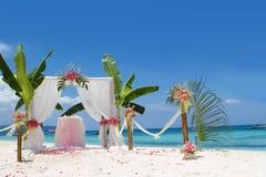Voûte et installation de mariage avec des fleurs sur la plage Images stock