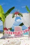 Voûte et installation de mariage avec des fleurs sur la plage Photographie stock libre de droits