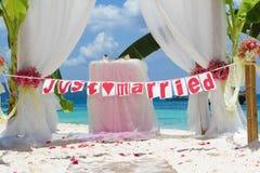 Voûte et installation de mariage avec des fleurs sur la plage Images libres de droits