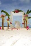 Voûte et installation de mariage avec des fleurs sur la plage tropicale Photos stock