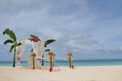 Voûte et installation de mariage avec des fleurs sur la plage tropicale Photos libres de droits