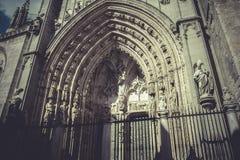 Voûte et porte de la cathédrale de Toledo, ville impériale l'espagne Image stock