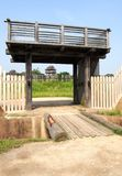 Voûte et tour traditionnelles en parc historique de Yoshinogari Photo stock