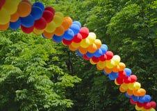 Voûte faite à partir des ballons colorés image libre de droits