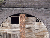 Voûte ferroviaire abandonnée rudement embarquée photographie stock libre de droits