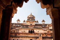 Voûte historique avec des touristes marchant dans le fort Photo stock