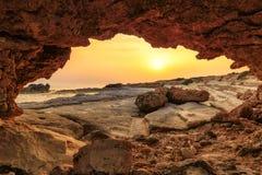 Voûte naturelle au coucher du soleil sur la côte de la Chypre Photo libre de droits
